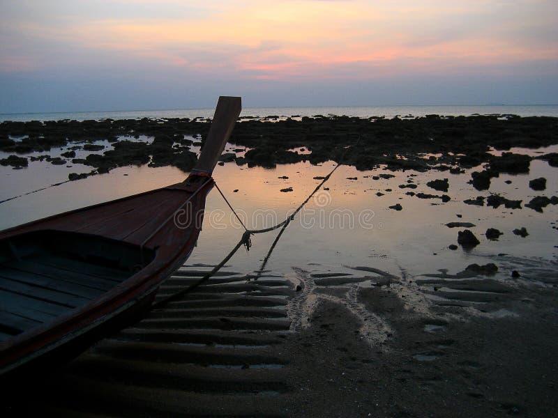 Buitengewone avondatmosfeer binnen op het strand stock foto