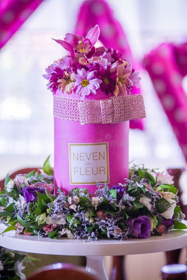 Buitengewone boeket volledige rode chrysanth en orchidee stock afbeelding