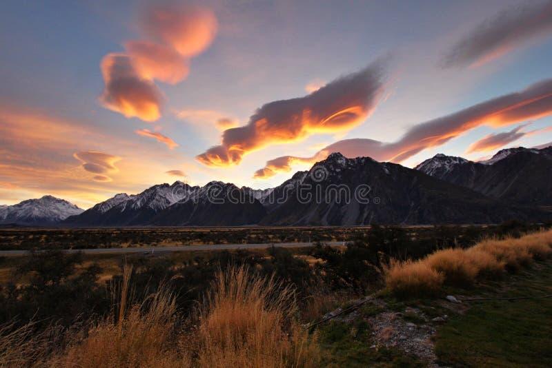 Buitengewone wolken boven een bergketen stock afbeeldingen