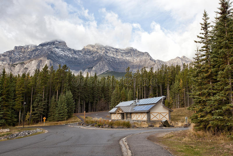 Buitenhuis in berg stock foto
