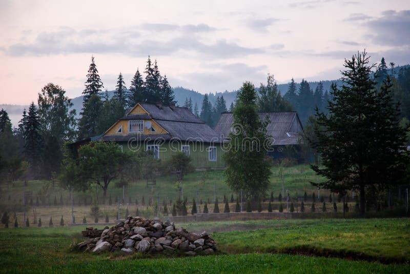 Buitenhuis in bergen Prachtige Zonsondergang stock foto's