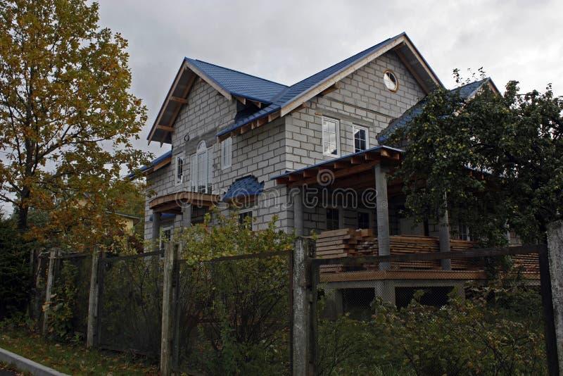 Buitenhuis in stadium van het eindigen royalty-vrije stock afbeeldingen