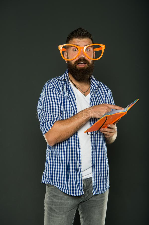 Buitenissig en geek Gebaarde mens die in partijglazen boek leest De lessenboek van de studie nerd holding Universitaire mannelijk stock foto