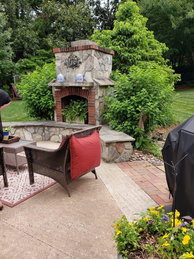 Buitenkant op het terras tijdens de zomer stock foto