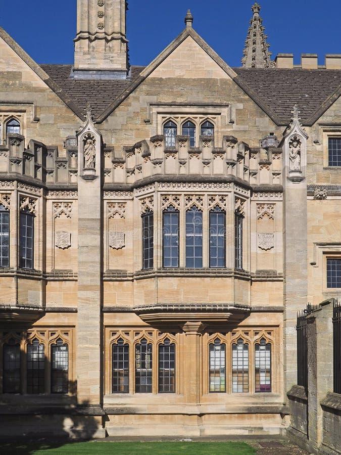 Buitenkant van de gotische stijlbouw met geveltoppen en leaded glasvensters stock foto's