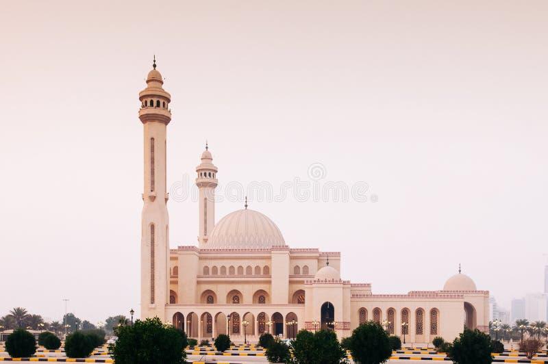 Buitenkant van de grote moskee van Al Fateh in avond Manama, Bahrein royalty-vrije stock afbeelding