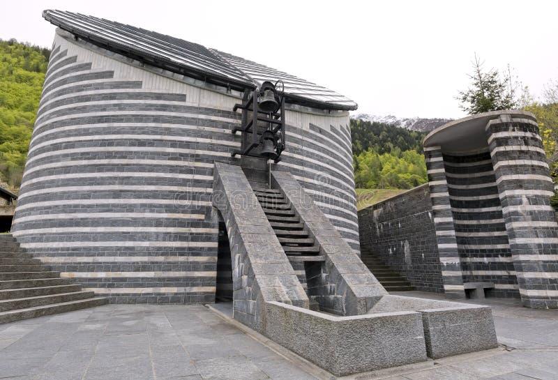 Buitenkant van de kleine Kerk van Heilige Giovanni Battista van Mongo in Valle Maggia, Ticino, Zwitserland stock afbeelding