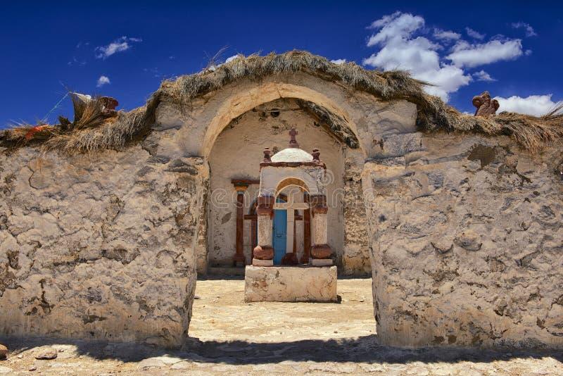 Buitenkant van de mooie Parinacota-dorpskerk, Putre, Chili royalty-vrije stock fotografie