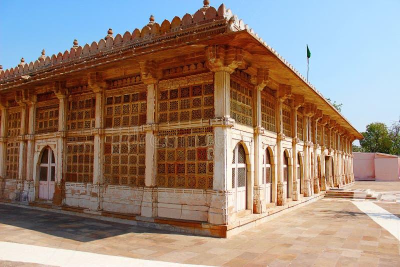 Buitenkant van de moskee van Sarkhej Roza in Ahmedabad, Gujarat stock afbeeldingen