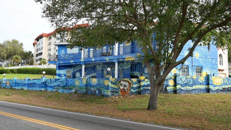 Buitenkant van een huis wordt om als Vincent van Gogh-het schilderen te kijken geschilderd die royalty-vrije stock afbeeldingen