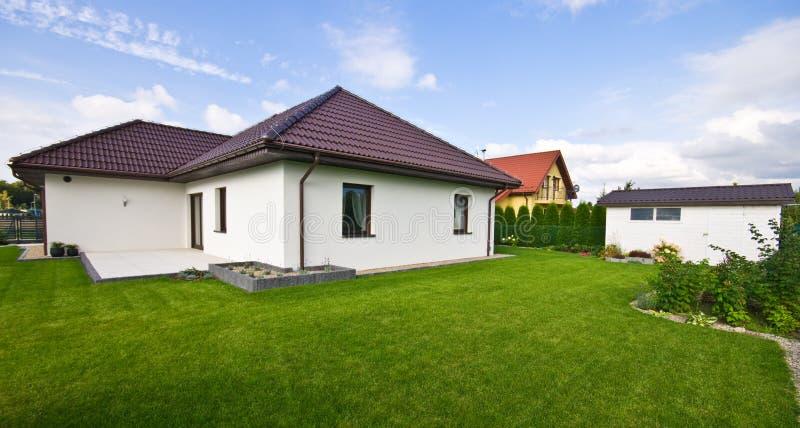 Buitenkant van een modern huis met elegante architectuur royalty-vrije stock afbeeldingen