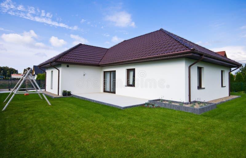 Buitenkant van een modern huis met elegante architectuur stock foto's