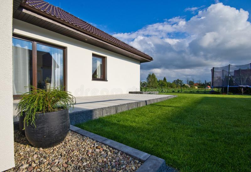 Buitenkant van een modern huis met elegante architectuur stock foto
