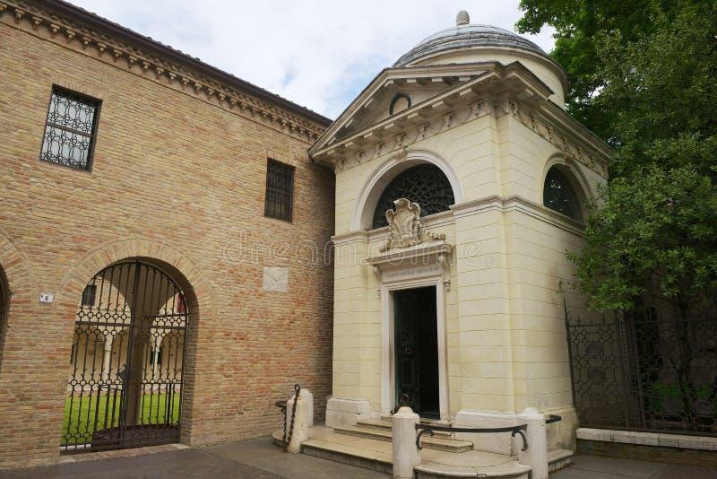 Buitenkant van het Graf van Dante, een neoklassieke die structuur door Camillo Morigia in 1780 in Ravenna, Italië wordt gebouwd royalty-vrije stock fotografie