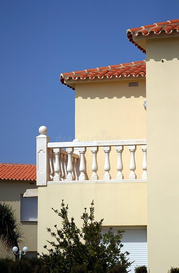 Buitenkant van modern, zonnig nieuw huis in Spanje stock foto's