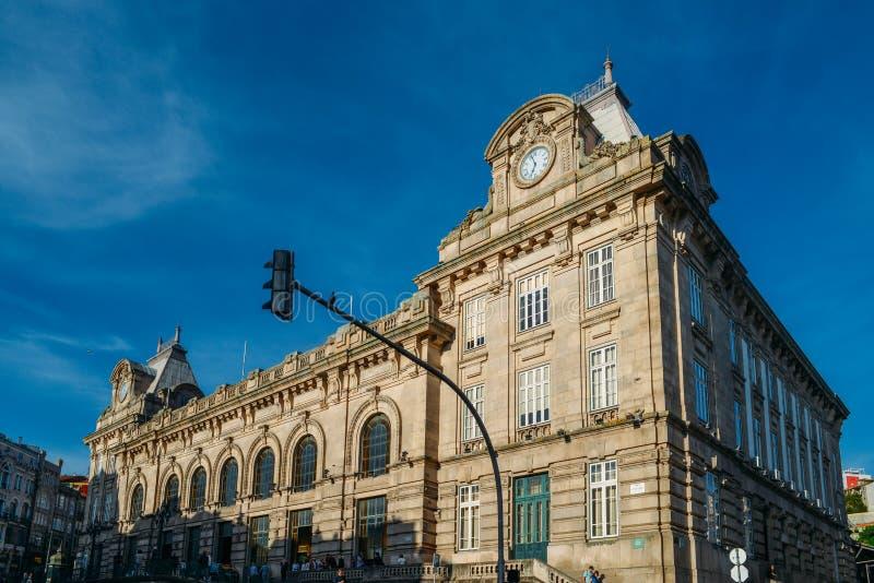 Buitenkant van Sao Bento Train Station, beroemd voor zijn mooie azulejo betegelde muren royalty-vrije stock fotografie