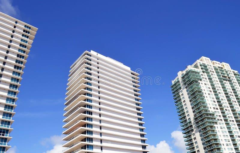 Buitenkanten van de torenbuildingswo van de luxeflat stock afbeeldingen