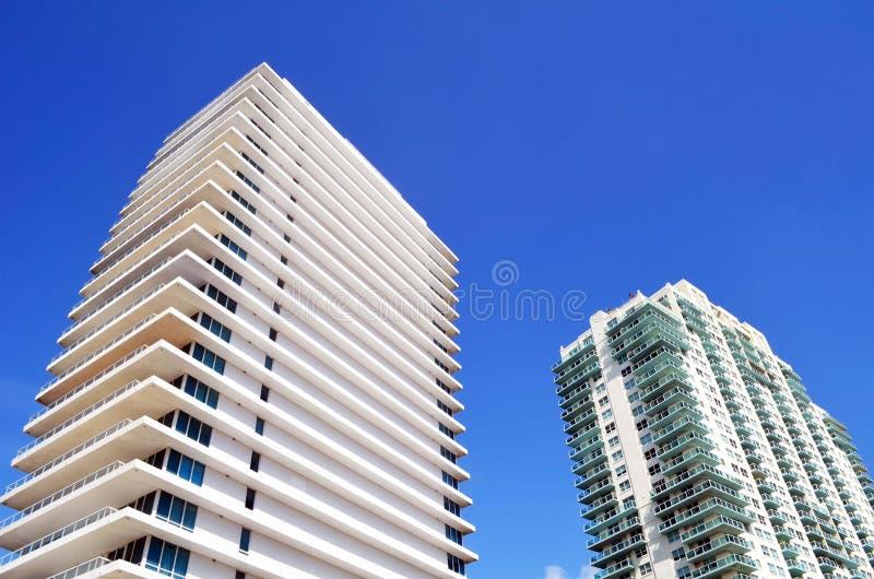 Buitenkanten van de torens van de luxeflat in het Strand van Miami, Florida royalty-vrije stock fotografie
