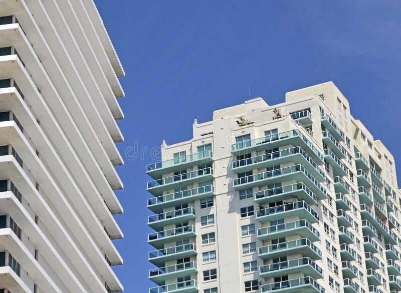 Buitenkanten van de torens van de luxeflat in het Strand van Miami, Florida stock foto