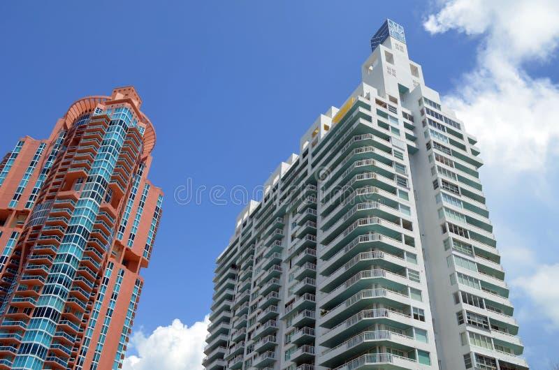 Buitenkanten van Twee Moderne Wolkenkrabberflatgebouwen met koopflats royalty-vrije stock afbeelding