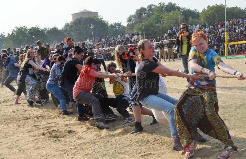 Buitenlandse vrouwen die een touwtrekwedstrijd spelen stock afbeeldingen