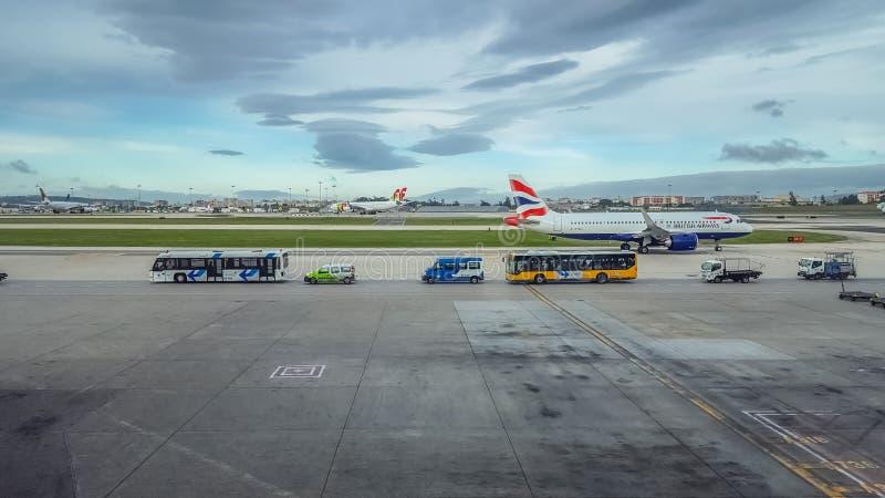 Buitenmening van de baan en de lift en onderhoud van vliegtuigen bij de luchthaven van Lissabon royalty-vrije stock foto's