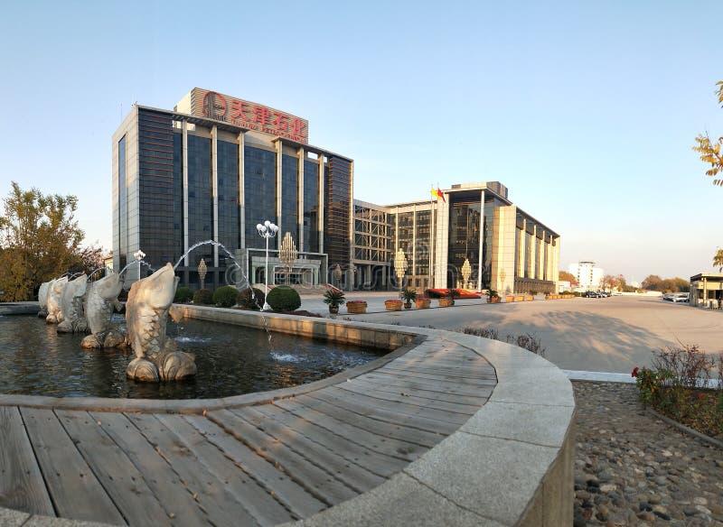 Buitenmening van de Petrochemische het Bureaubouw van Tianjin stock foto