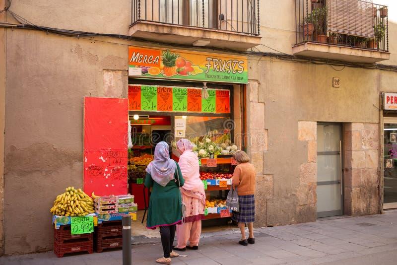 Buitenmening van een fruit en een plantaardige winkel stock afbeeldingen