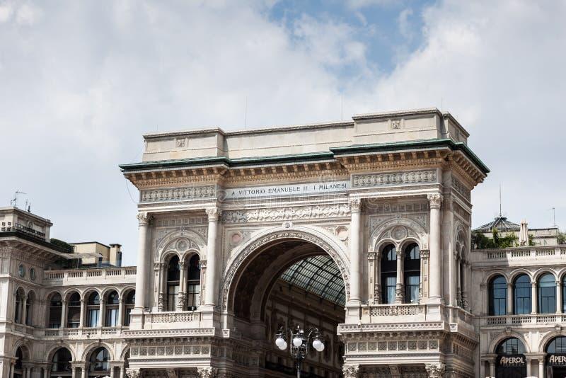 Buitenmening van Galleria Vittorio Emanuele II winkelcomplex stock foto