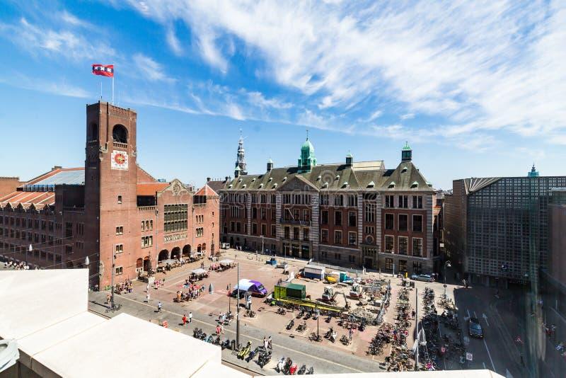 Buitenmening van gebouwen bij Damrak-straat in het oude stadsdeel royalty-vrije stock afbeeldingen