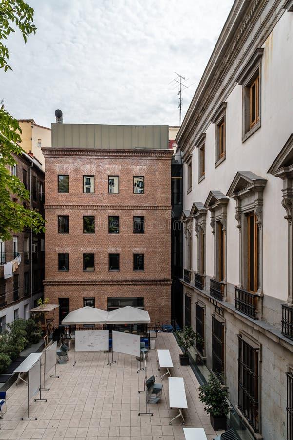 Buitenmening van oud paleis en moderne architectuuruitbreiding royalty-vrije stock foto