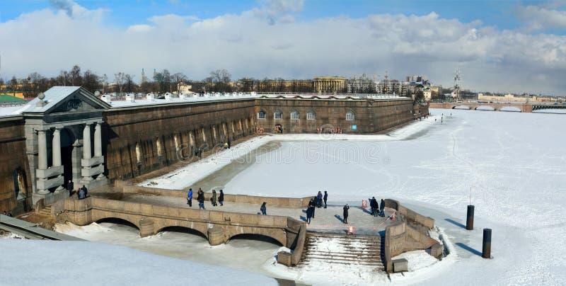 Buitenmening van Peter en Paul Fortress-muren in St. Petersburg stock afbeeldingen