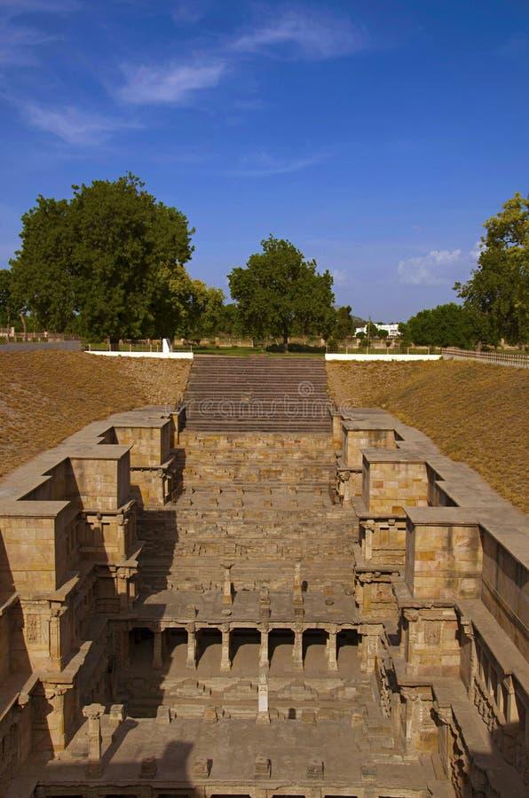 Buitenmening van Ranien ki vav, ingewikkeld geconstrueerd stepwell op de banken van Saraswati-Rivier Patan, Gujarat, India royalty-vrije stock foto