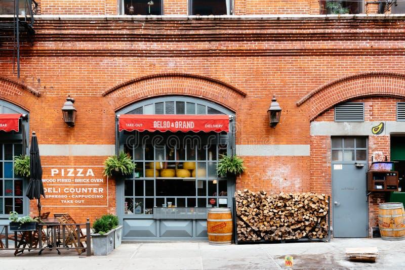 Buitenmening van restaurant in Weinig Straat van Italië in o van de binnenstad royalty-vrije stock afbeeldingen