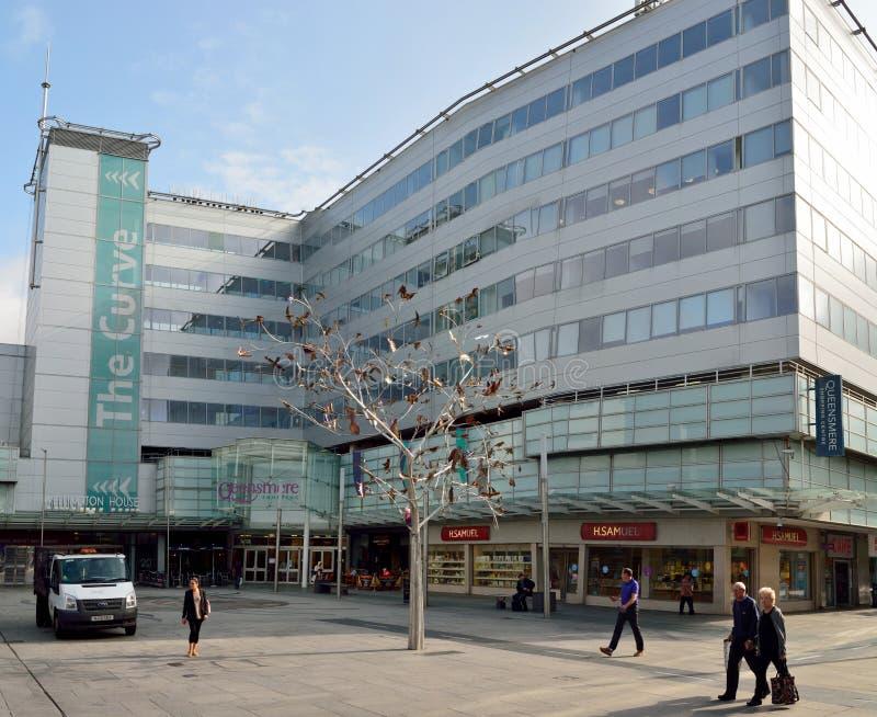 Buitenmening van winkelcomplex die op Hoofdstraat in Slough voortbouwen stock fotografie