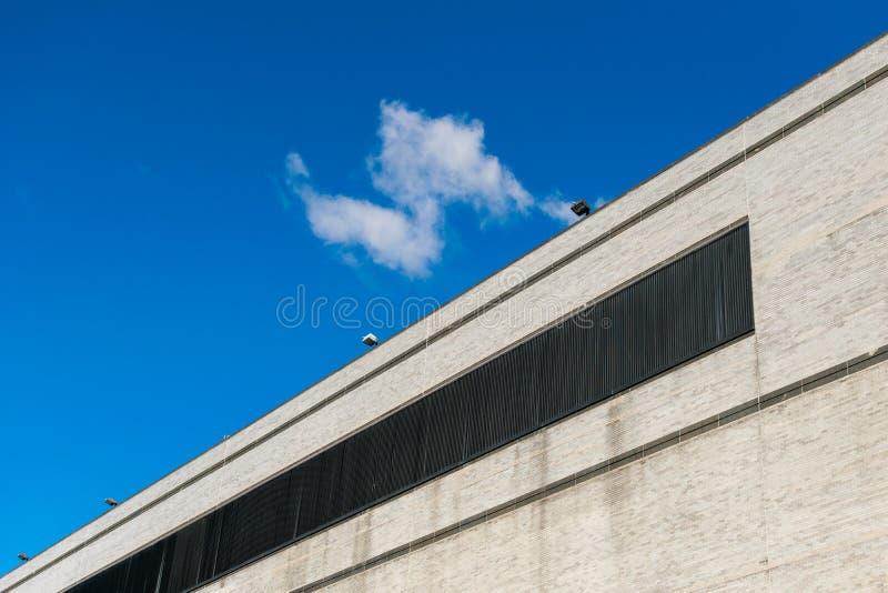 Buitenmuur zonder ramen van een lang commercieel gebouw in de Stad van New York, Harlem, NY, de V.S. stock foto