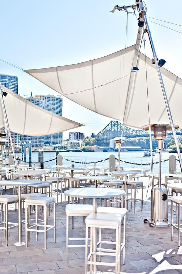 Buitenrestaurantgebied dichtbij aan de rivier en de omheining royalty-vrije stock fotografie