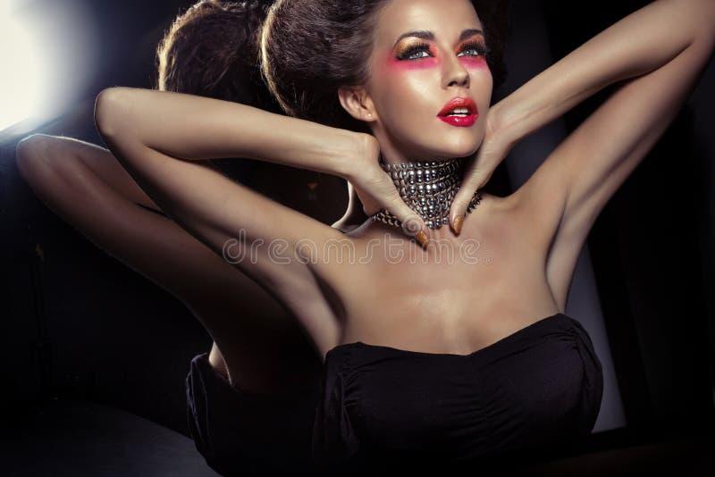 Buitensporig kapsel van aantrekkelijke donkerbruine vrouw met necklase royalty-vrije stock afbeeldingen