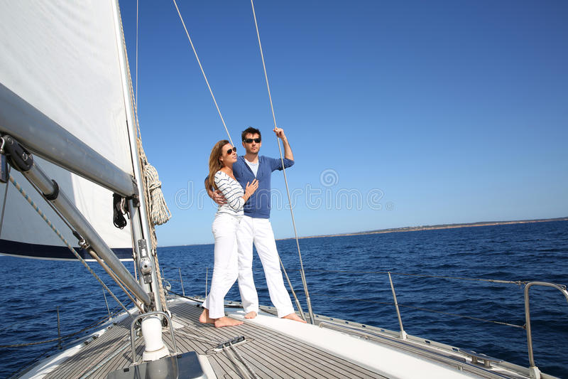 Buitensporig paar die van de het varen rit genieten royalty-vrije stock foto's