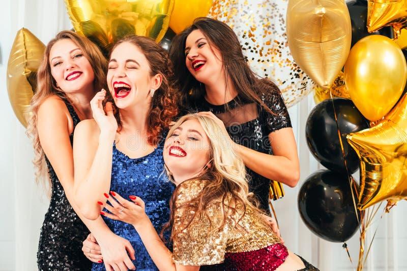 Buitensporige cocktail partyvermaak geamuseerde meisjes royalty-vrije stock fotografie