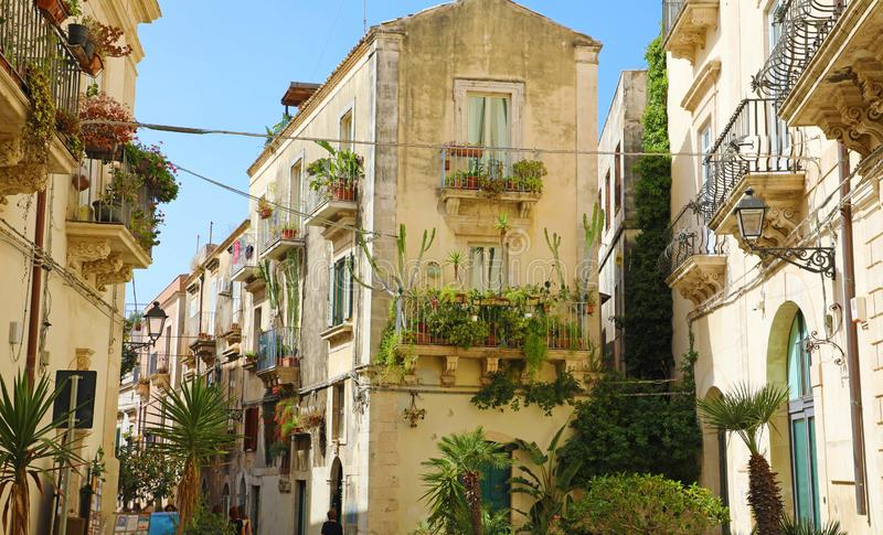 Buitensporige comfortabele verfraaide smalle straat in de oude stad van Ortygia van Syracuse in Sicilië, Italië stock afbeeldingen