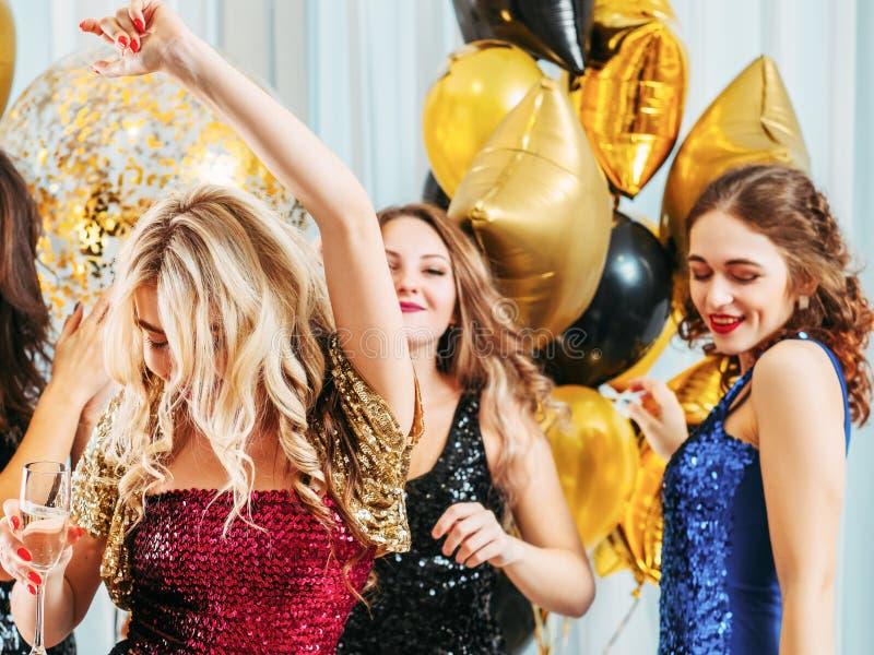 Buitensporige dansende de pretmeisjes van de partij feestelijke gebeurtenis stock foto's