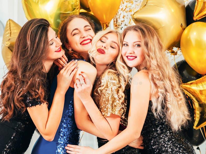 Buitensporige de bijeenkomst gelukkige koesterende meisjes van de partijuniversiteit royalty-vrije stock afbeelding