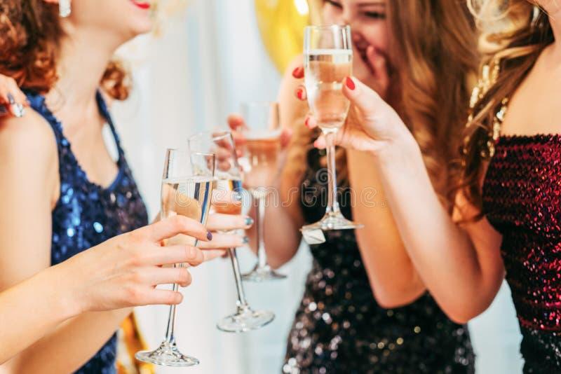 Buitensporige de champagnemeisjes van de partij speciale gebeurtenis royalty-vrije stock afbeelding