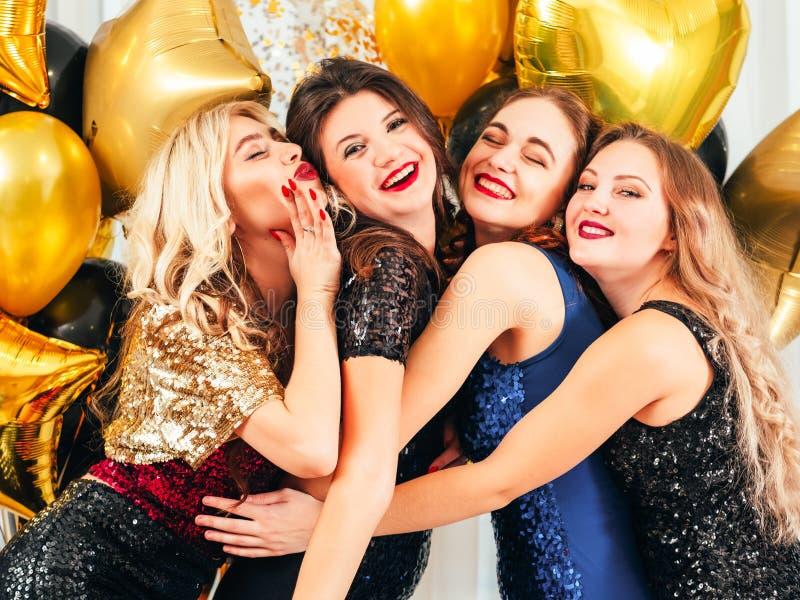 Buitensporige de vriendenmeisjes van de partij langverwachte vergadering stock foto's