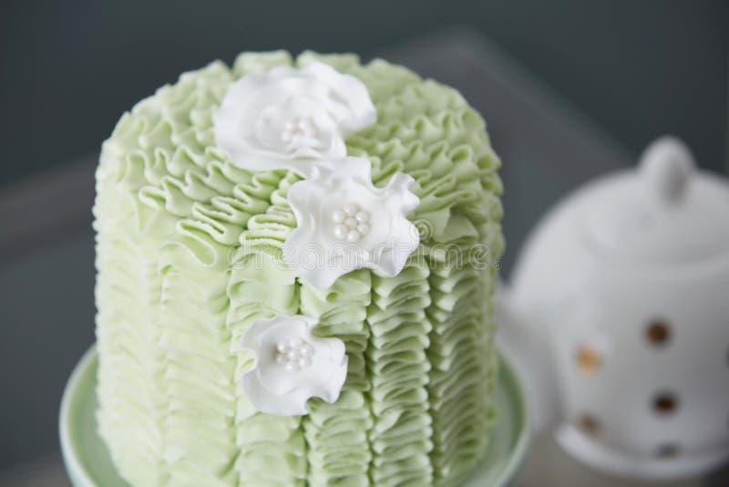 Buitensporige die Cake in Theetijd wordt gediend stock fotografie