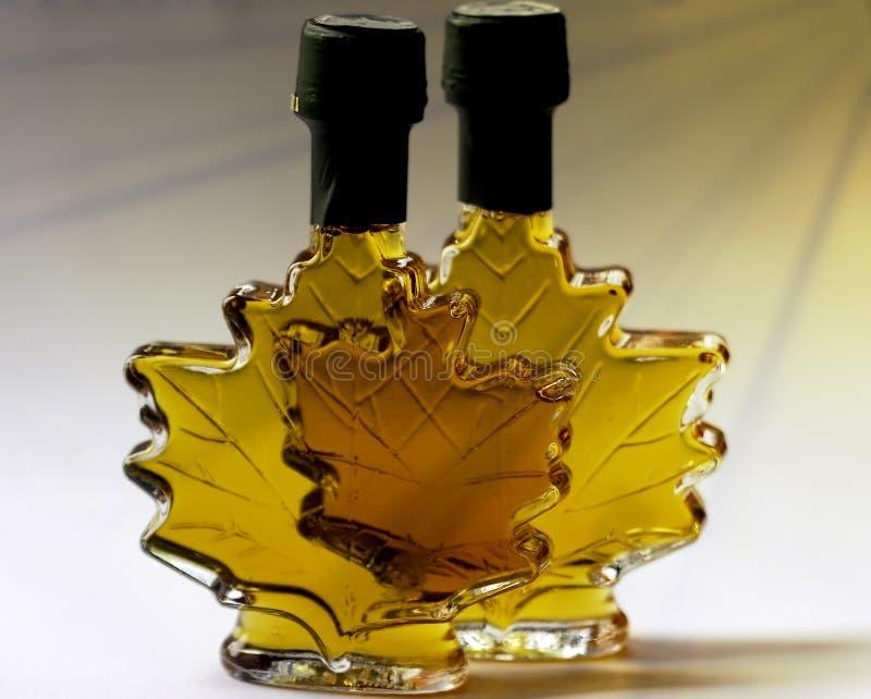 Buitensporige fles landbouwbedrijf gemaakte ahornstroop stock afbeeldingen