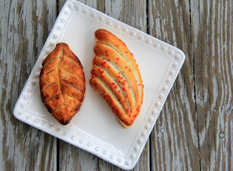 Buitensporige gebakjes op witte plaat royalty-vrije stock foto
