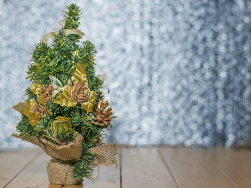 Buitensporige Kerstboom op een houten vloer royalty-vrije stock afbeelding