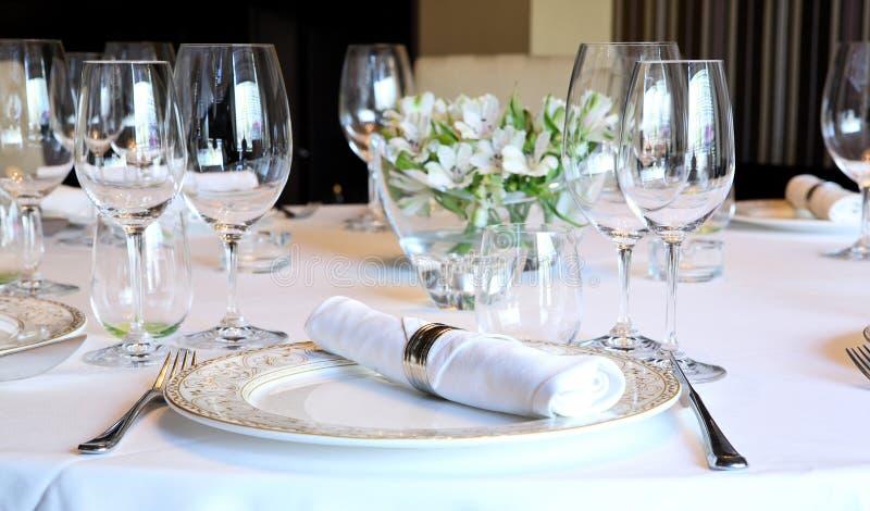 Buitensporige lijst die voor een diner wordt geplaatst royalty-vrije stock afbeeldingen